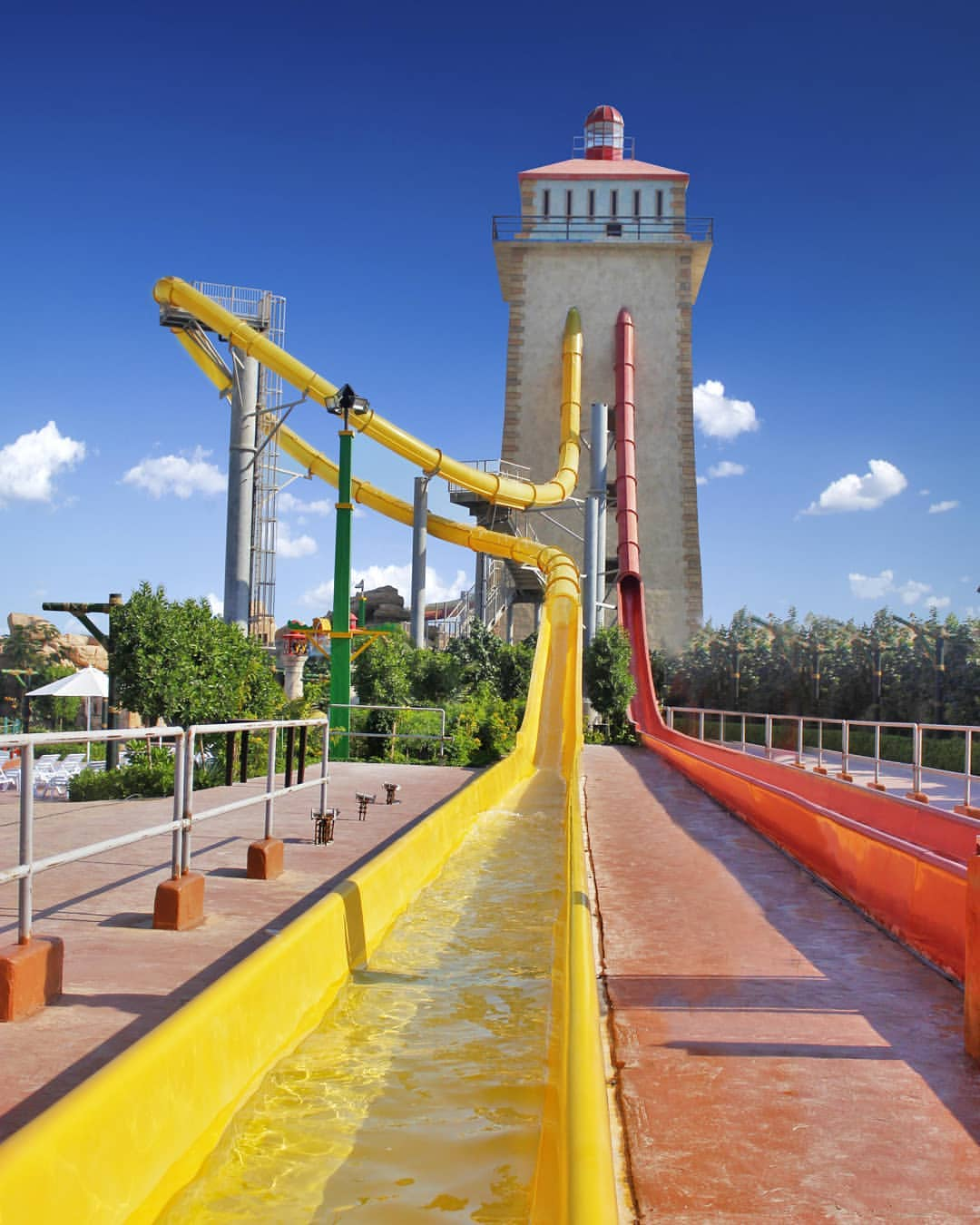 برج خورشید - آدرنالین (راید قرمزرنگ) و پیچالوپ (راید زردرنگ)