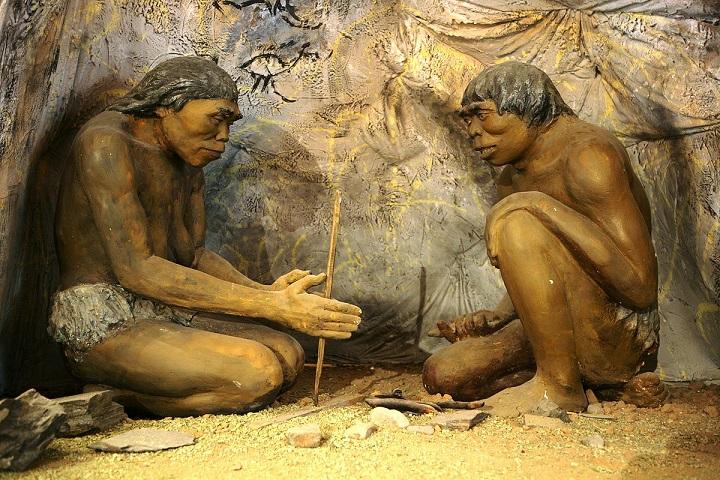 در اینجا نویسندگانی که از کاغذ و قلم استفاده میکنند رو مشاهده میکنیم که در حال تلاش برای روشن کردن آتش توسط مداد و کاغذ هستند.