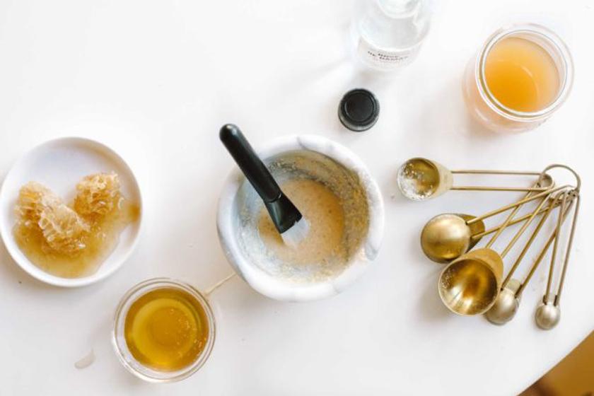 چگونه استفاده از عسل میتواند به پوست شما کمک کند؟