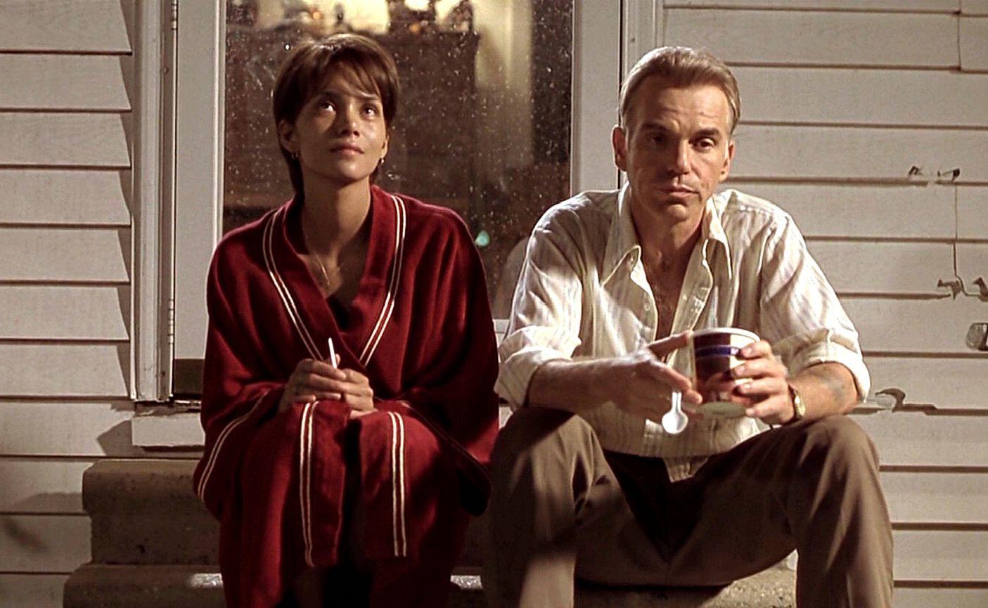 نمایی از فیلم «مهمانی هیولا» اثری دیگر از مارک فورستر. فیلم در سال 2001 ساخته و نامزد بهترین فیلمنامهی غیراقتباسی در اسکار شد. همچنین هلیبری برای این فیلم اسکار بهترین نقش اول زن را گرفت.