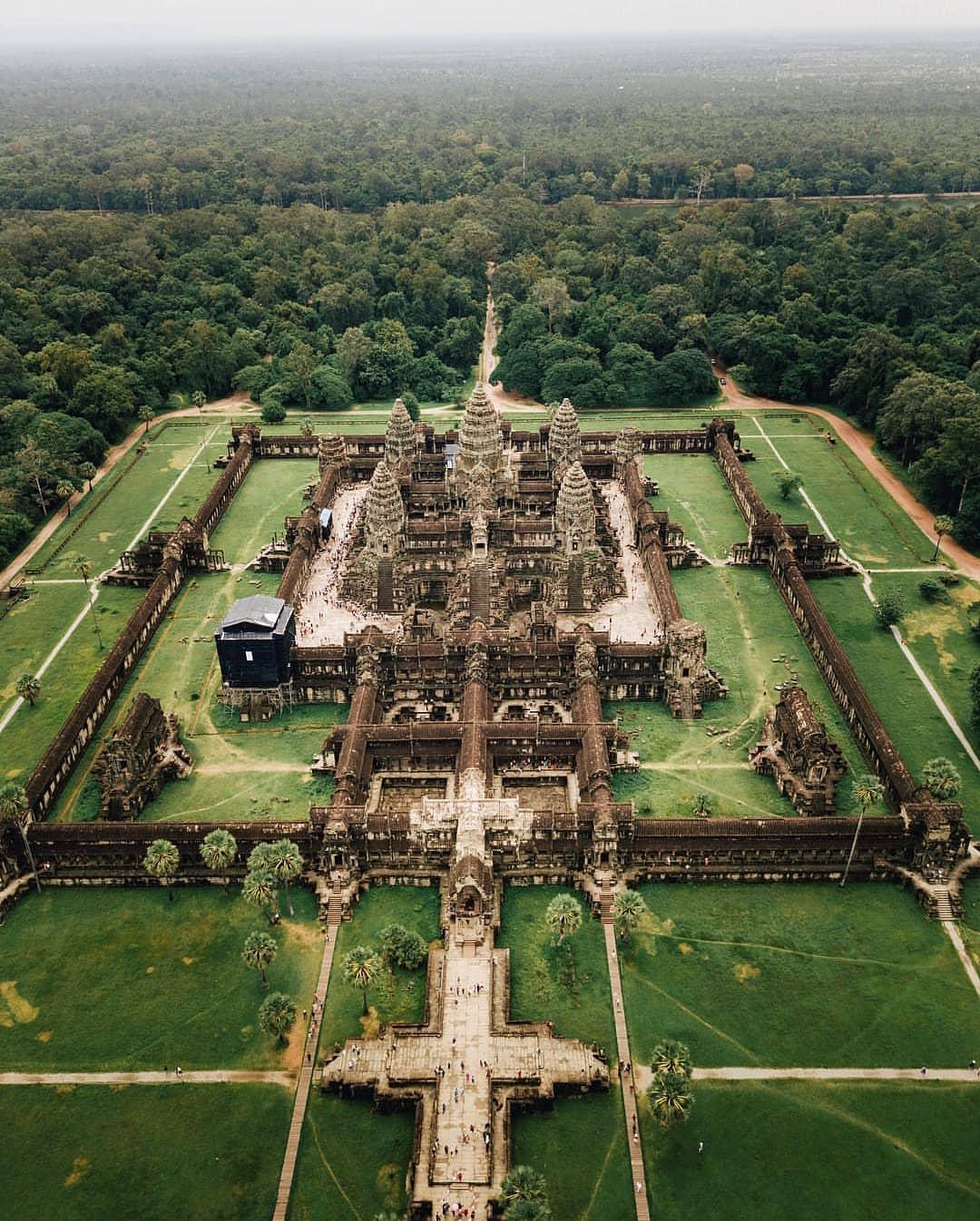 امپراتوری خمر در طول سیصد سال، یعنی از سال 900 تا 1200 میلادی، شاهکارهای باشکوه معماری جهان را در کرانههای شمالی دریاچهی بزرگ کامبوج، انگکور وات، پدید آورد.