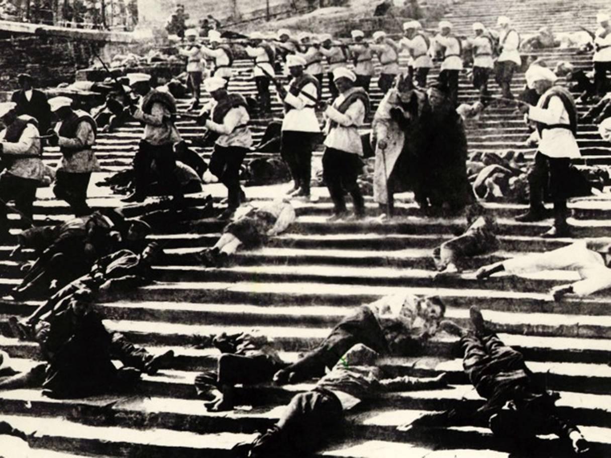 نمایی از صحنه قتلعام مردم توسط سربازان تزاری بر پلههای رزمناو پوتمکین در فصل «پلههای اودسا» از فیلم «رزمناو پوتمکین» به کارگردانی سرگی آیزنشتاین