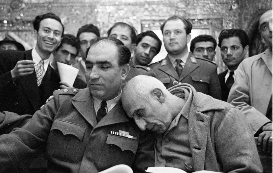 خبرآنلاین: عکس بالا در دادگاه دکتر محمد مصدق بعد از کودتای ۲۸ مرداد ۳۲ ثبت شده است. ناامیدی مصدق را بنگریم یا امیدواری و شعف چهرههای پشت سرش را؟!