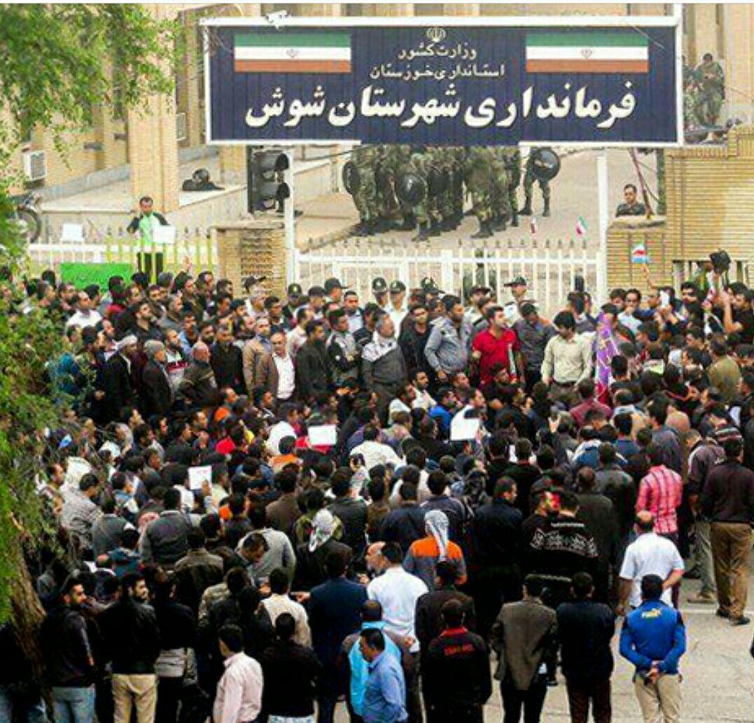 عکس متعلق به بیستمین روز تظاهرات و اعتصاب سراسری کارگران شرکت هفت تپه خوزستان میباشد که کارگران به دنبال مطالبات خود به مراجع قانونی مراجعه کردند اما مراجع قانونی به جای رسیدگی به مطالبات آنان کارگران معترض را بازداشت کردند.