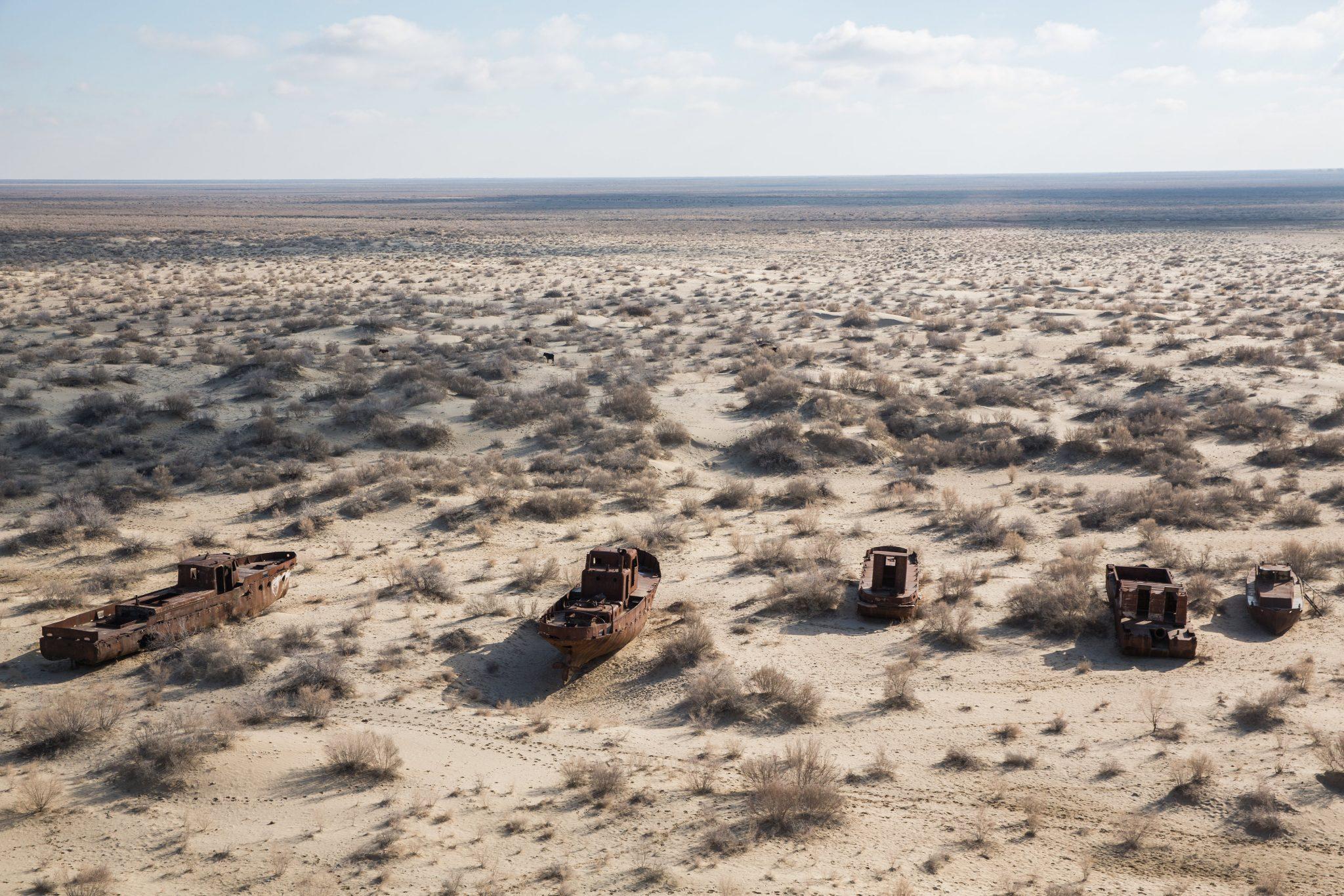 تصویری از دریاچهی آرال که به خاطر تغییر مسیر رودخانهها به سمت کویر برای کشت پنبه در منطقه به نابودی کشیده شده است، Taylor Weidman