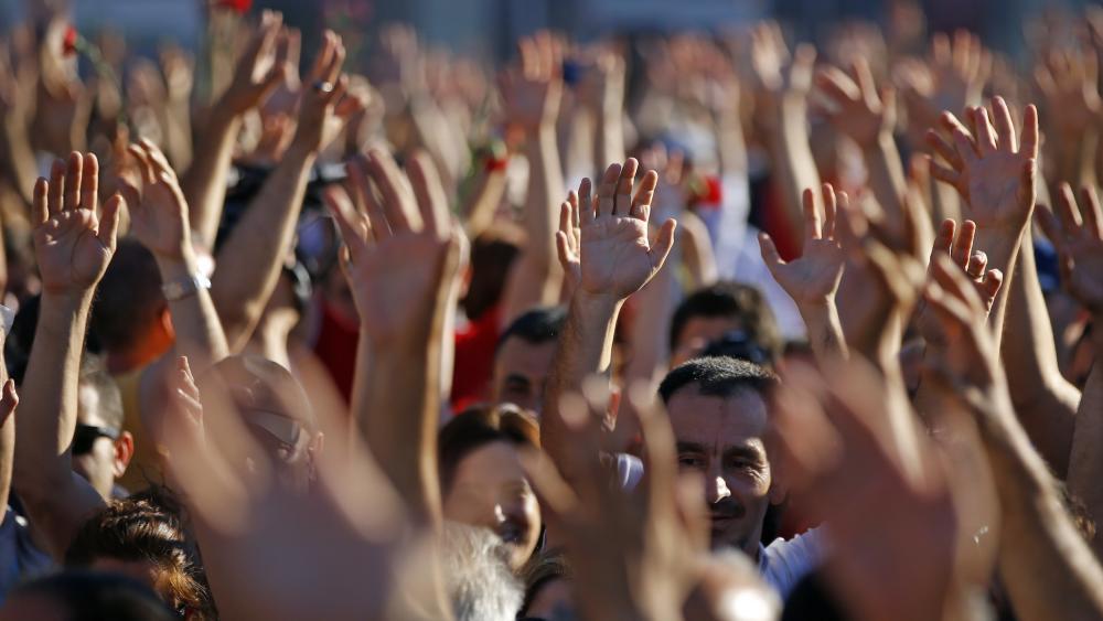 دستهای بالارفتهای که نماد خواست مردم برای تقویت بنیان نهادهای مدنی است.