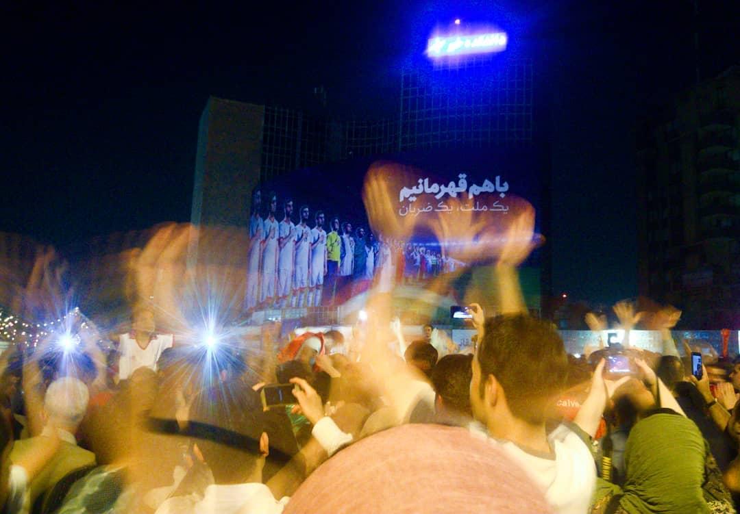 خوشحالی مردم در میدان ولیعصر در کنار بنر پرماجرای